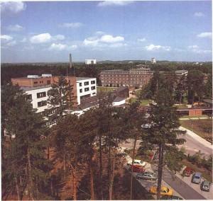 Die Rheumaklinik Bad Bramstedt 1981 mit ihren Schwerpunkten Zentralbau (links) und das ehemalige Haupthaus (rechts)