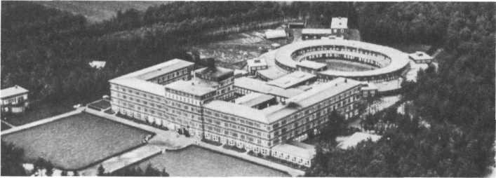 Luftaufnahme der 1931 eröffneten Rheumaheilstätte Bad Bramstedt: Ein großzügiges und ästhetisch wirkendes Bauwerk.