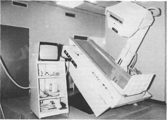 Gamma-Kamera mit Untersuchungs- tisch (links) und Meßwertverarbeitung (Rechner, rechts) zur Durchführung nuklearmedizinischer Untersuchungen (Isotopen-Diagnostik) des Skeletts, der Gelenke, der inneren Organe sowie des Gehirns