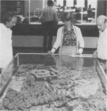 Modell der Rheumaklinik Bad Bramstedt in der Empfangshalle des Klinikums. Erfaßt ist die Entwicklung der Rheumaheilstätte / Rheumaklinik in den vergangenen 50 Jahren