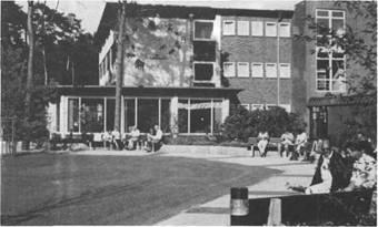 Patienten der Rheumaklinik Bad Bramstedt suchen gern die beschauliche Stätte des Verweilens vor dem 400 Plätze fassenden Kurhaustheater auf