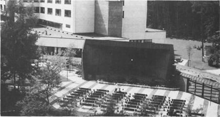 Ständig finden in der Rheumaklinik Theater- und Musikveranstaltungen statt, um den Kurgästen etwas Kulturelles zu bieten. Inmitten des Kurparkes wurde eine große Musikmuschel (Bildmitte) errichtet, davor zahlreiche Zuhörerbänke. Im Sommer finden Kurkonzerte hauptsächlich im Freien statt.