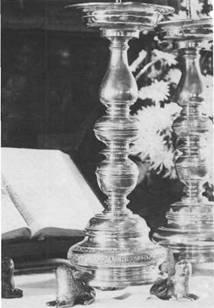 Larenz Jessen aus Glückstadt stiftete der Maria-Magdalenen-Kirche zu Bramstedt drei Leuchter, nachdem er durch Gebrauch des Wassers der Entdeckungsquelle 1681 vom Vier-Tage-Fieber genesen war.