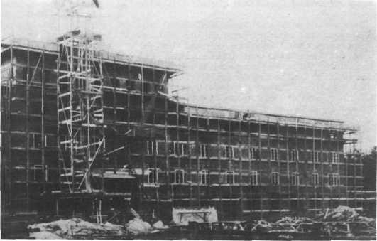 """Ganz Bad Bramstedt nahm an dem großen Bau der Rheumakeilstätte 1930 teil. Ein so gewaltiges Vorhaben war in der Rolandstadt noch nie verwirklicht worden. 2,7 Millionen Steine wurden für den Bau benötigt, teilten die """"Bramstedter Nachrichten"""" mit, 134 Meter betrug die Gesamttiefe des Bauwerks"""