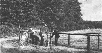 """Pumpe auf der Brunnenwiese. Gastwirt Heinrich Fick ließ 1911 hier einen Brunnen bohren. Das gewonnene Wasser fand als """"Roland-Sprudel"""" starken Absatz"""