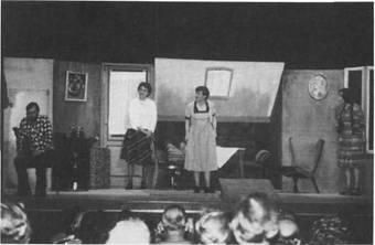 Vorstellung im Kurhaustheater, das über 400 Plätze hat, die so eingerichtet sind, daß auch Behinderte das Theater besuchen können. Stadt Bad Bramstedt und Rheumaklinik bieten gemeinsam den Kurgästen ein umfangreiches Veranstaltungsprogramm an