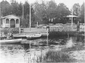 """Der Gondelteich am Alten Kurhaus ist wahrscheinlich 1911 fertiggestellt worden. Schon damals spürten die Bad Bramstedter etwas von der """" Faszination des Wassers"""", wie heute betont wird. Im Fremdenverkehrskonzept 1980 wird ausdrücklich betont, daß sich für Bad Bramstedt der Bereich """"Freizeitaktivitäten"""" wesentlich intensivieren läßt, wenn Wasserflächen geschaffen werden"""