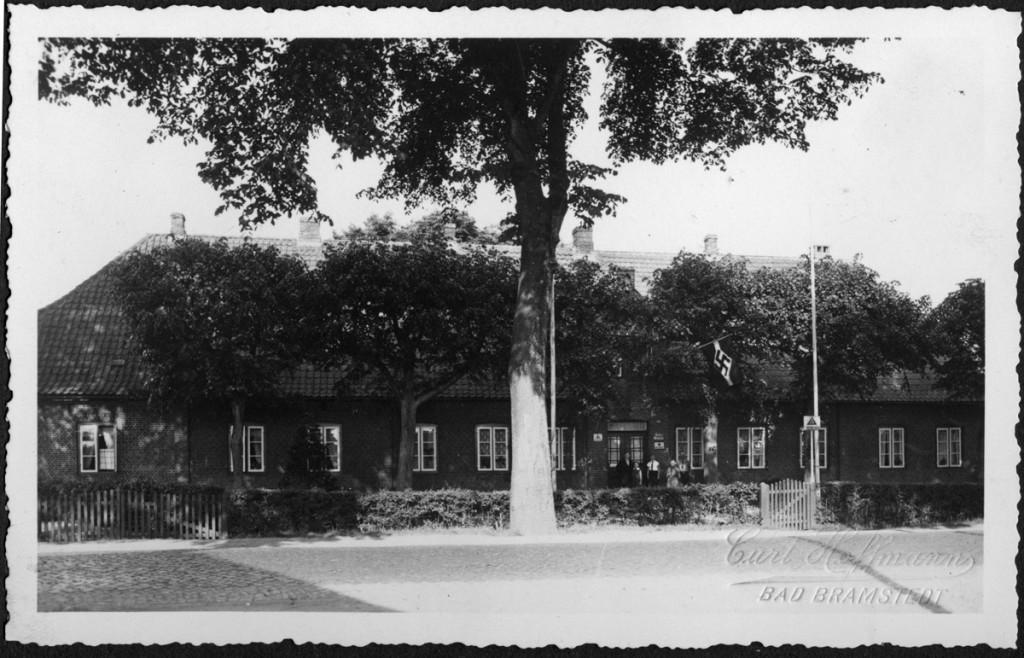Altonaer Straße 24. Hier (damals war das am Ortsrand) entstand Mitte des 19. Jh. das Armenhaus, dann wurde es Altenheim, Haus der sozialen Dienste, bis zum Abbruch 2015 und Neubau eines Kindergartens an dieser Stelle