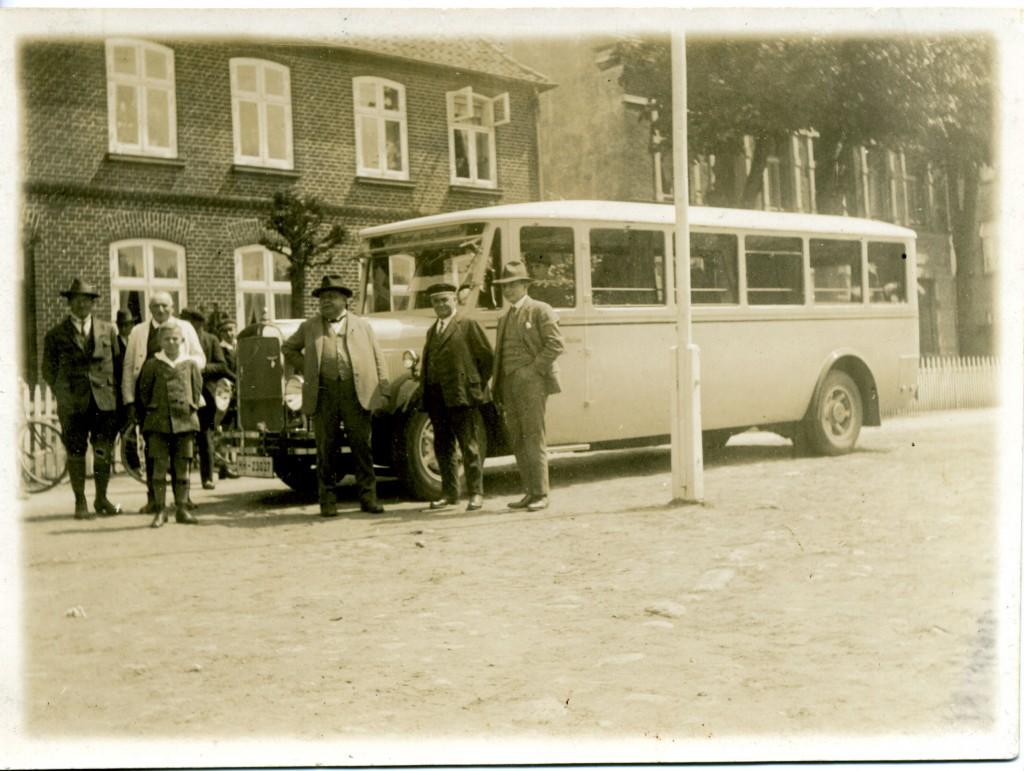 """Magirus-Bus vor dem """"Wappen"""" (noch ohnen Veranda) am Bleeck in Bad Bramstedt. Bildmitte Wirt Langhinrichs"""