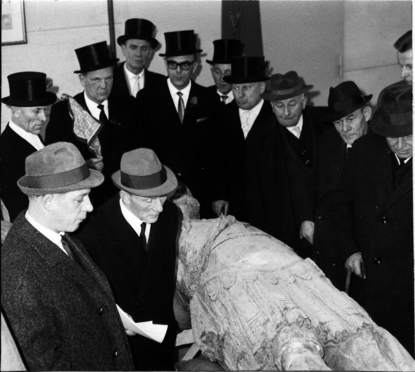 Vorstand der Bramstedter Fleckensgilde besucht Fa. Kolbe während der Restaurierung des Rolands