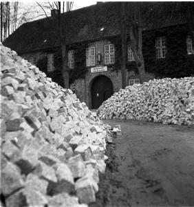 Bleeck, Schloß um 1940. Die Lagerung der Steine für die Erneuerung der Reichsstraße dauerte mehrere Jahre.