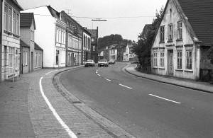 rechts das Haus Schmidt um 1980 kurz vor dem Abriss